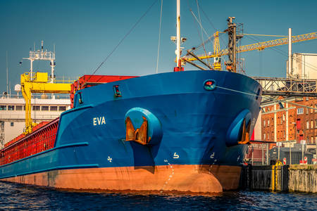 Een vrachtschip laden