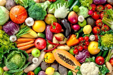 Асортимент свіжих овочів і фруктів
