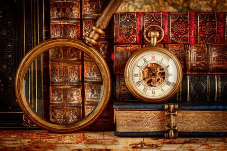 Orologio da tasca vintage sullo sfondo dei libri