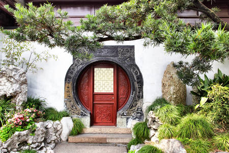 Round doorway in Yu Yuan garden