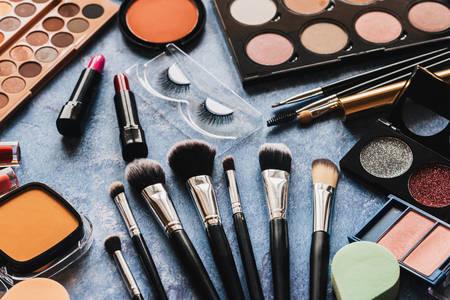 Pincéis de maquiagem e cosméticos