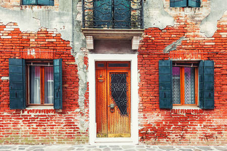 Fachada de casa de tijolos em Veneza