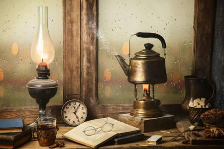 Starožitné predmety na stole pri okne
