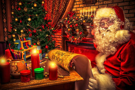 Papai Noel com uma lista nas mãos