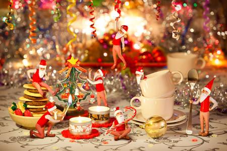 Weihnachtszwerge auf dem Feiertagstisch