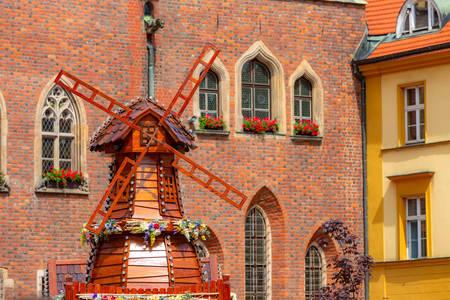 Molino decorativo en la plaza del mercado de Wroclaw