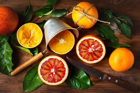 Naranjas en una mesa de madera