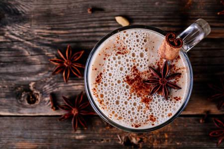 Anason ve tarçın çubuklu latte