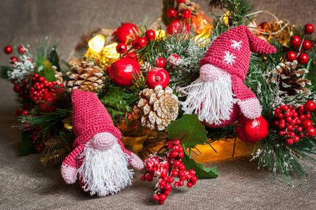 Compoziție de Crăciun cu gnomi