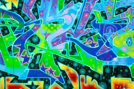 Gradski zid sa apstraktnim grafitima