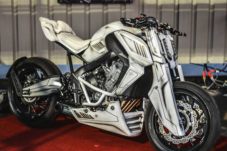 Белый спортивный мотоцикл