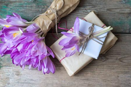 Kytica z krokusu a darčeková krabička