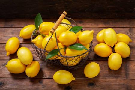 Ώριμα λεμόνια στο τραπέζι