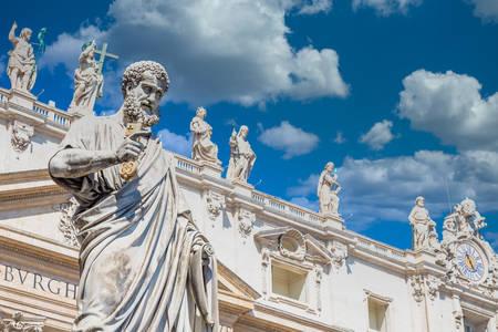 Statui pe acoperișul bazilicii Sf. Petru