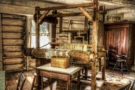 Ткацкий станок в деревенском доме