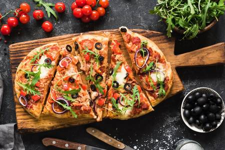 Pizza con rucola sul bordo