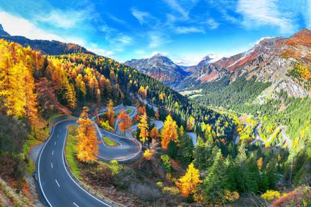 De weg door de Maloya-pas