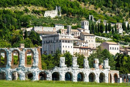 Vue de Gubbio depuis le théâtre romain