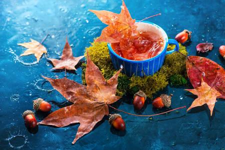 Taza con té y hojas de otoño