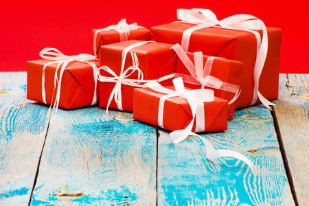 Darčeky na drevenom stole