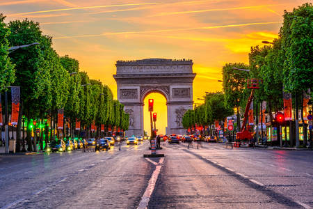Champs-Elysees i Arc de Triomphe