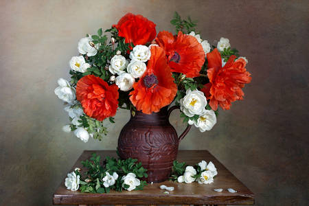 Bouquet of poppies and roses