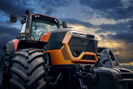 Traktor na pozadini zalaska sunca