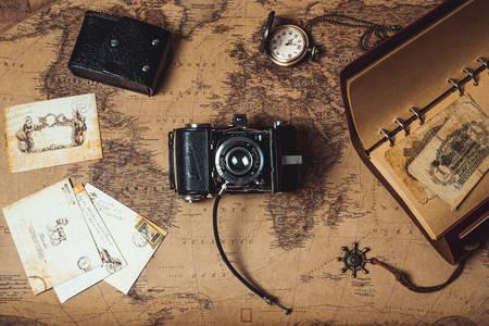 Фотоапарат на тлі карти