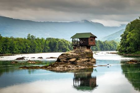 Drina Nehri üzerindeki bir taş ev