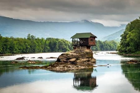 Dom na kameni na rieke Drina