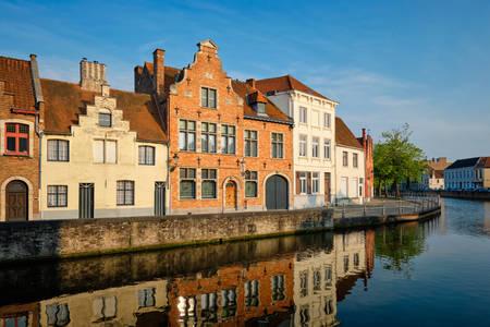 Grachten in de stad Brugge