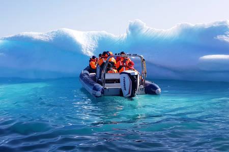 Boot zwischen Eisbergen