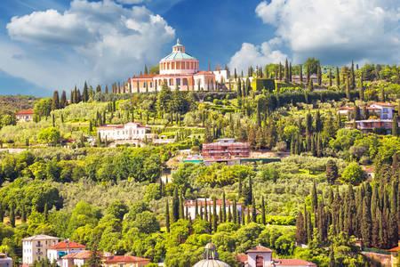 Вид на Святилище Богоматері Лурдської у Вероні