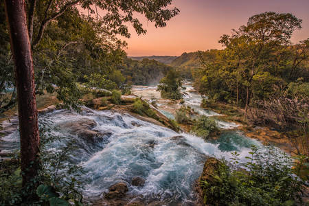 Zachód słońca nad wodospadami Agua Azul