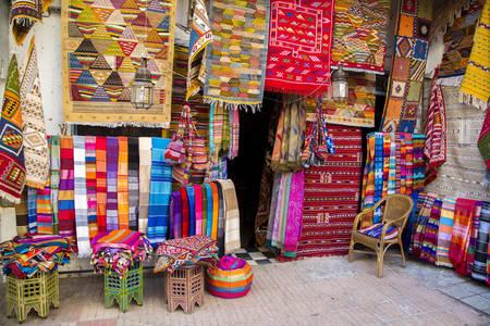 Пъстри тъкани на пазара Агадир в Мароко