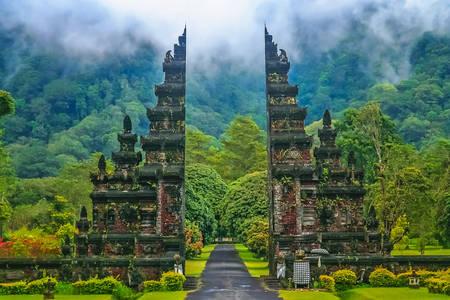 Счупената порта на храмовете в Бали