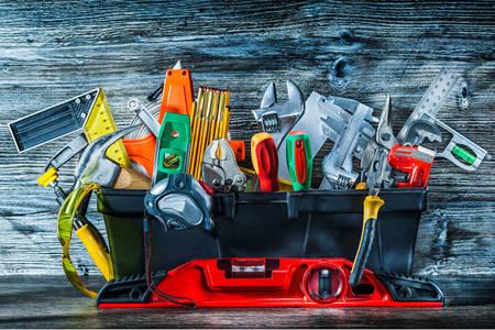 Caja de herramientas en un cajón
