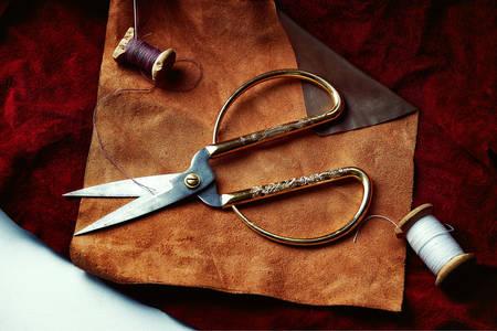 Nożyczki i nici na skórzanych klapach