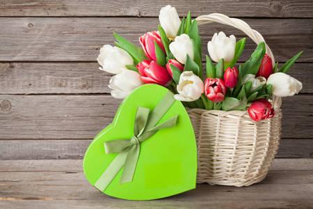 Tulipas em uma cesta e um presente