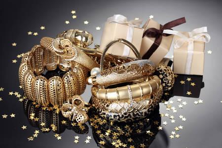 Arany karkötők és ajándékok