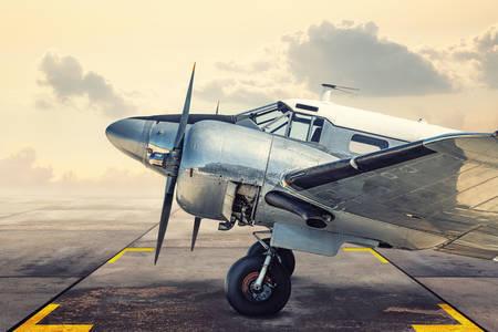 Історичний літак на аеродромі