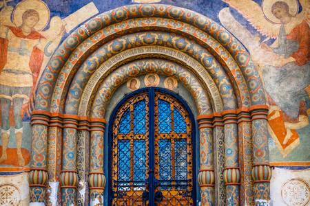 Noordelijke deur van de kathedraal van de veronderstelling