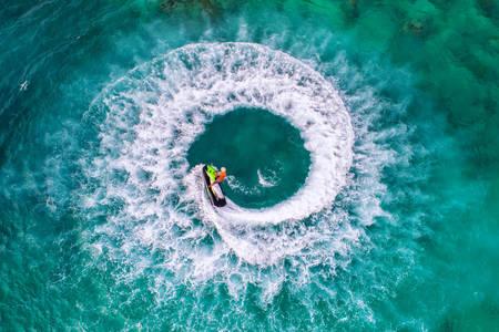 Čovek vozi vodeni bicikl