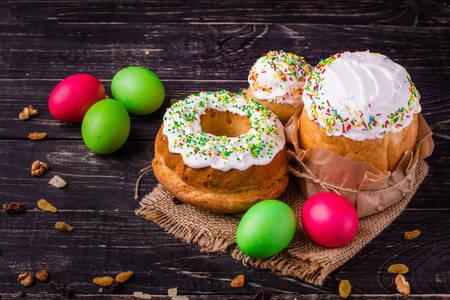 Pasteles de Pascua y huevos de Pascua en una mesa de madera