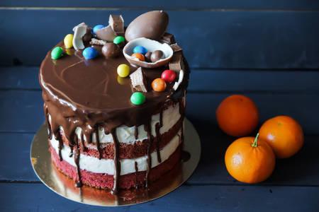 Čokoladna torta s dražejom u boji