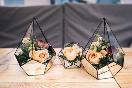 Staklene vaze s cvijećem