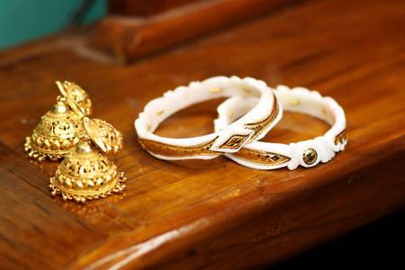 Boucles d'oreilles et bracelets de style indien