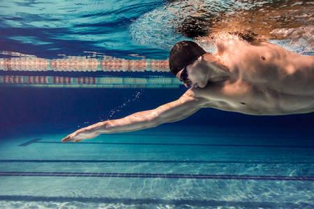 Pływak pod wodą