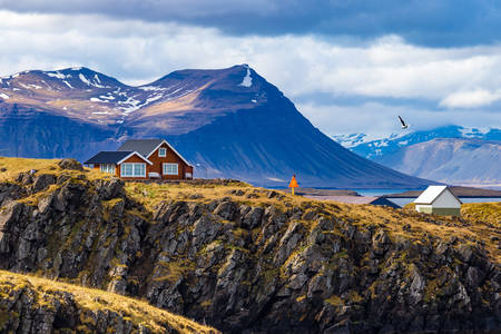 Krajobraz z domami na tle gór