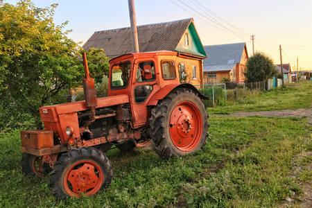 Трактор в деревне